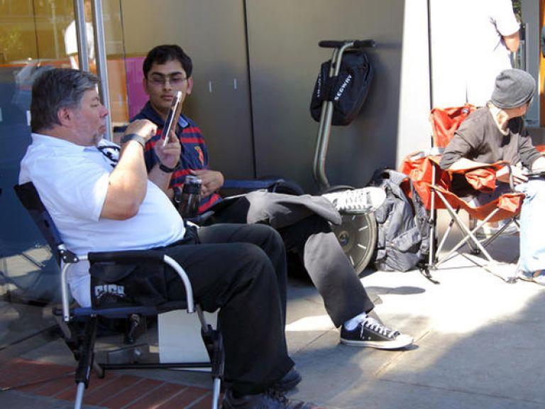 Steve Wozniak ex socio de Steve Jobs acampó esperando la venta del iPhone 4S