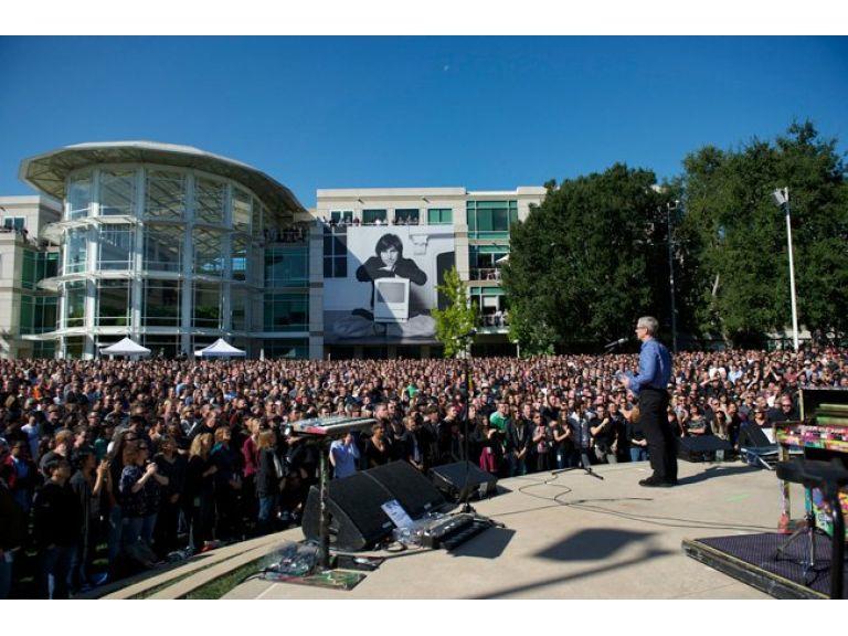 Imágen del homenaje privado de Apple a Steve Jobs