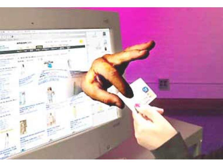 Detienen hackers que robaron números de tarjetas de crédito de 12 millones de personas.