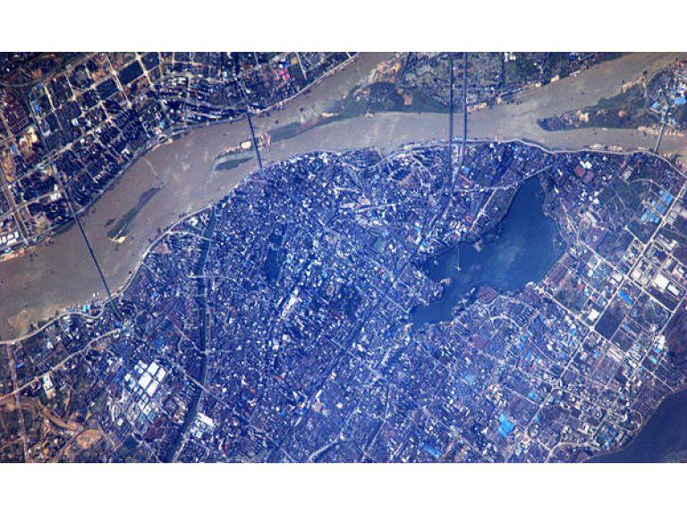 Astronauta chino envía fotos desde el espacio y es furor en twitter.